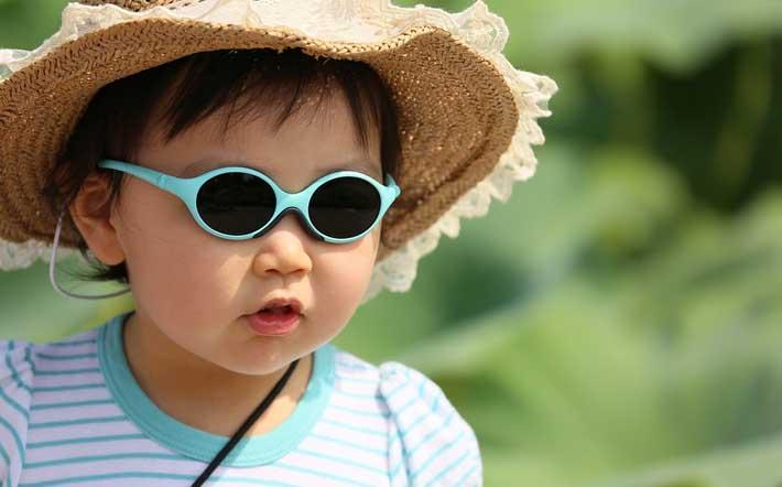 Niña con la vista protegida por unas gafas de sol