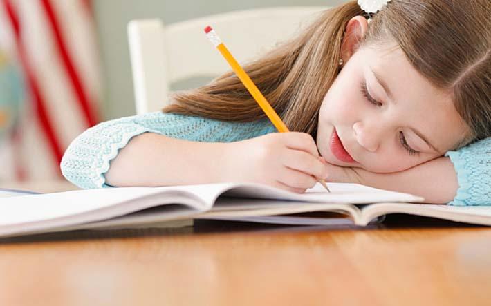 niña haciendo los deberes