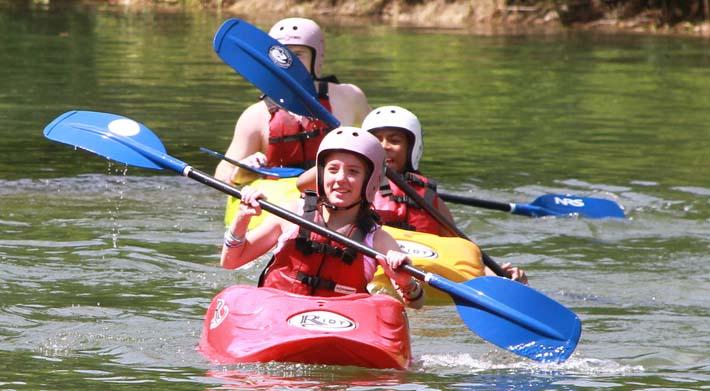 Planes con niños navegando en canoa