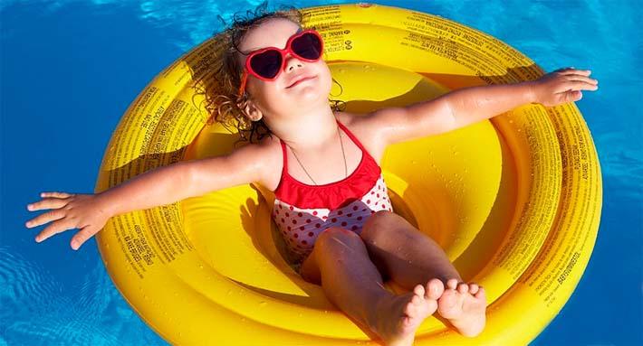 Niña disfrutando del verano en un asiento flotador