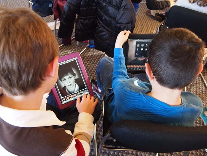 Adolescentes utilizando Internet