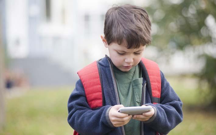 Niño con su móvil