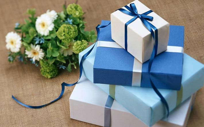 Paquetes de regalo por las notas de los niños