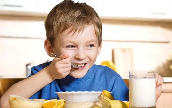 que-debe-contener-el-desayuno-de-un-niño