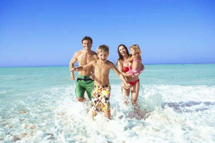 Familia de vacaciones con niños