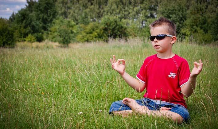 Niño practicando la meditación