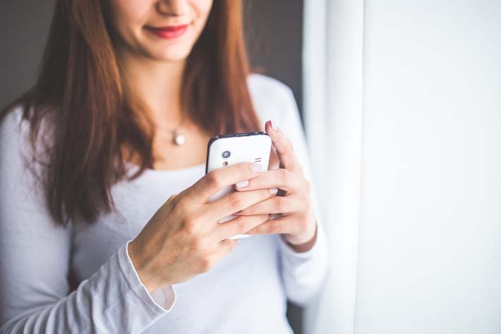 mujer-usando-movil-con-aplicaciones