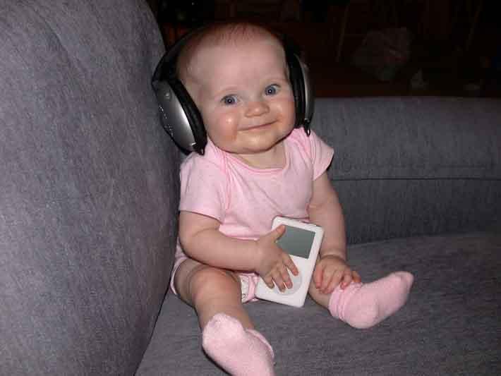 bebe-escuchando-musica