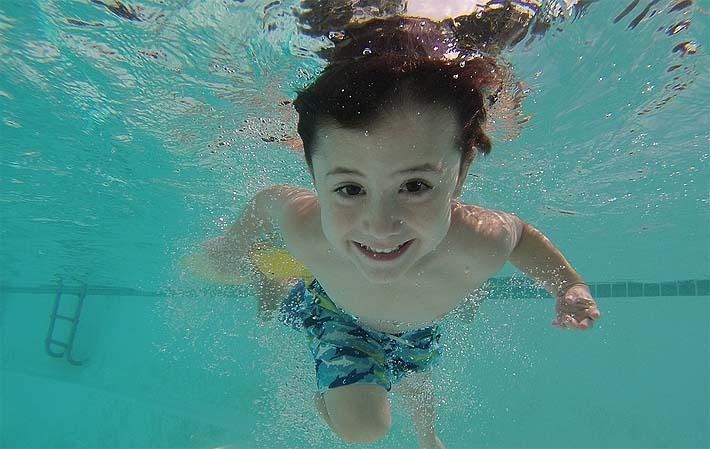 nino-practicando-natacion