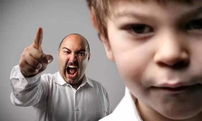 Padre que grita a sus hijos