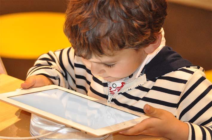 Niño jugando con apps en una tablet