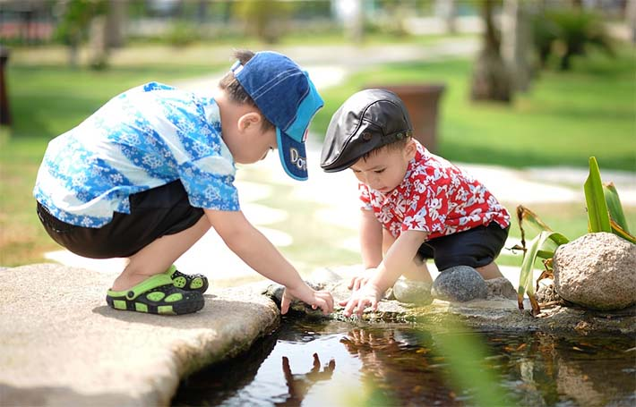 amistad entre niños jugando