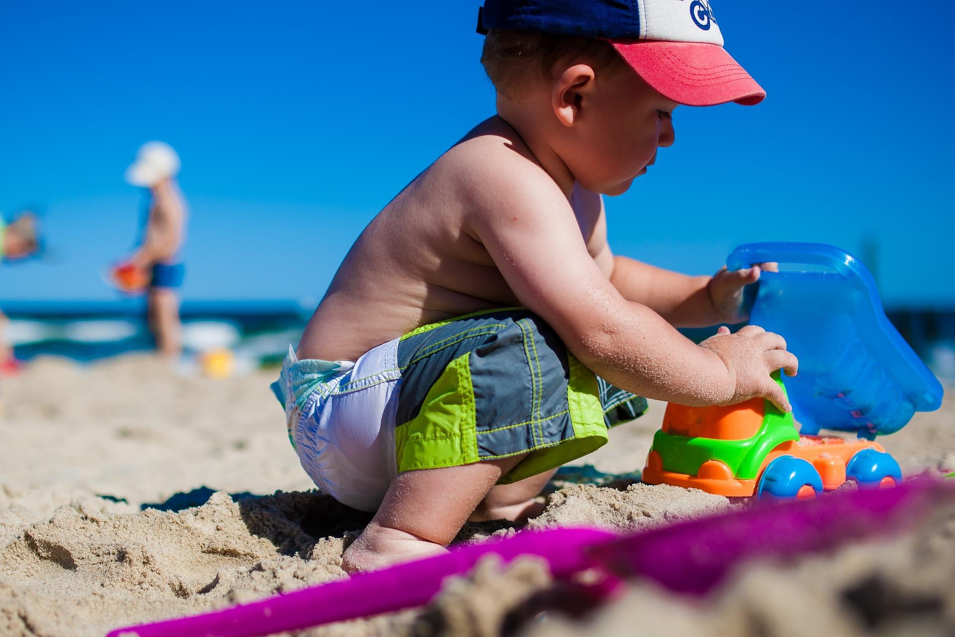 Niño jugando en la playa, Islas Cíes