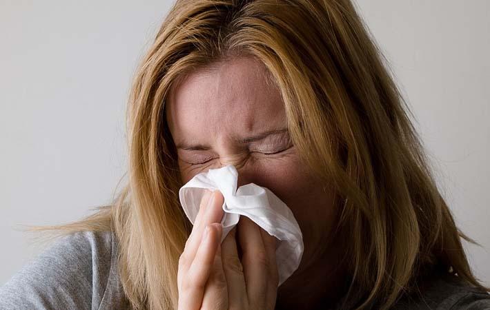mujer con congestión nasal