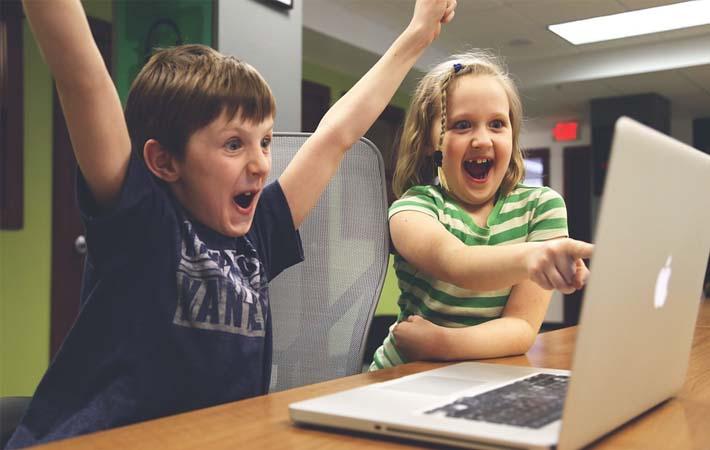 niños jugando con videojuegos