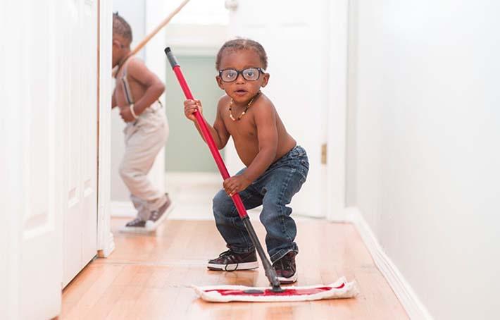 Niños haciendo tareas domésticas