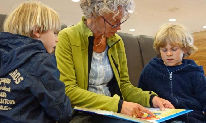 Mujer leyendo cuentos a sus hijos