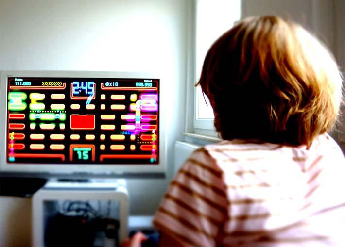 Niño haciendo uso de la tecnología