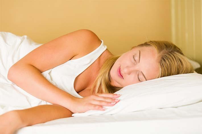Mujer durmiendo sobre lado izquierdo durante el embarazo