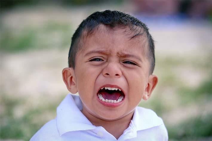 niño enfadado antes de dormir
