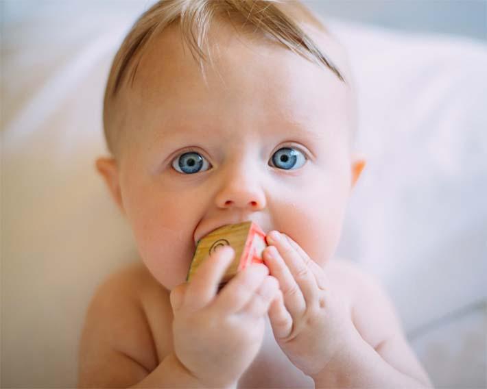 uno de los muchos bebés que se llevan todo a la boca