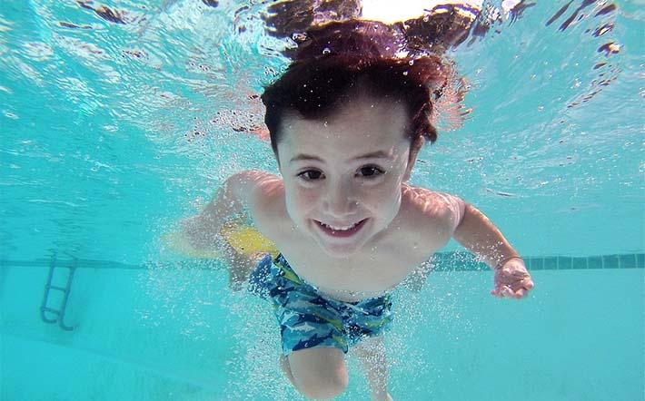 niño haciendo natación