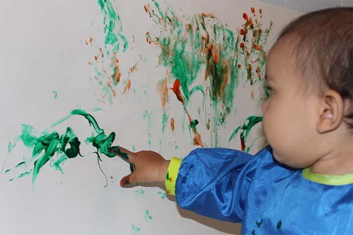 hijo pintando las paredes