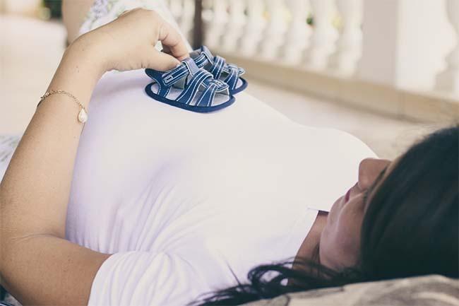 mujer embarazada tras congelación de óvulos
